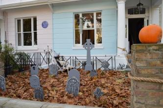 SPOOKY GRAVEYARD HOUSE