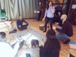 EMILY LEADING THE SESSION SUPPORTED BY HER FATHER ALEC DANKWORTH, PIANIST LIAM DUNACHIE AND FIANCE JOSE CHICANO